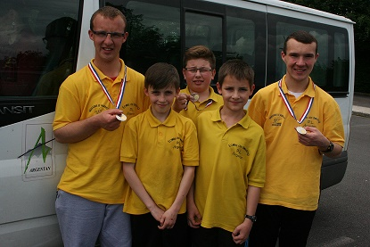 16 06 11 jeune minibus avec medailles reduit